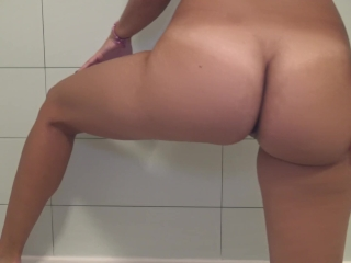 Tease with my big ass and shaved pussy while I pee in the bathtub